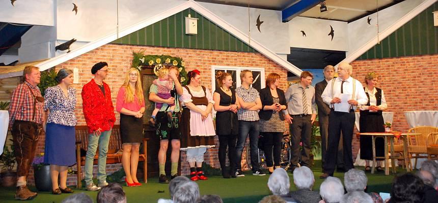 Die Theatergruppe des TSV Georgsdorf beim letzten Stück aus 2014: Goldene Hochtied met düster Wolken