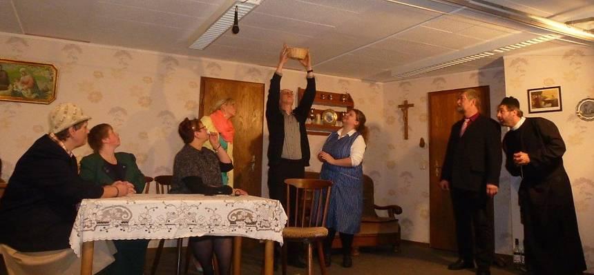 """Szene aus unserem aktuellen Theaterstück: """"Düvel ok, Herr Paster!"""""""
