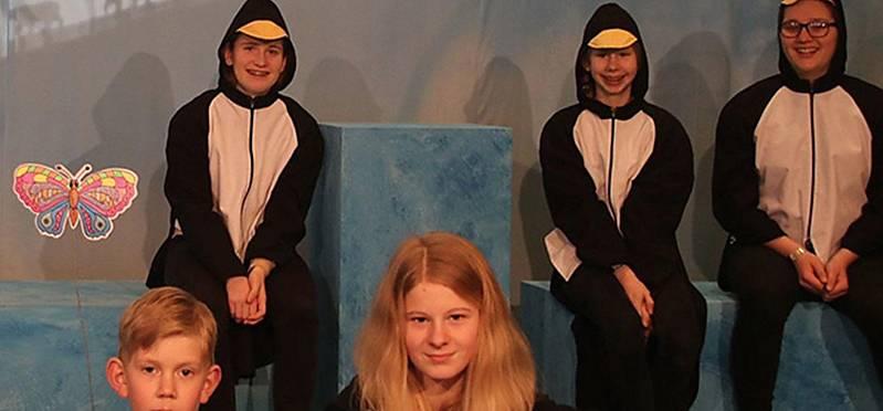 Pinguine, Schmetterling und Souffleuse warten auf ihren Auftritt