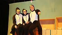 Warum schickt Gott eine große Sinnflut, fragen sich die drei Pinguine (Carolina Kramer, Rieke Wübben und Nora Jeftenic)