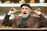 """Opa Meiners (Andreas Josefus) hört nicht Stereo: Mit dem neuen Hörrohr versteht er jedes Wort und weiß bald um die Intriegen, die um ihn gesponnen werden - der Wendepunkt in der Geschichte """"Dat Hörrohr"""""""