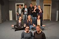 Schauspielerteam mit Regie und Souffleuse