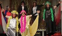 Den Zauber der Travestie-Show versprühten die Keerle döör un döör vor ausverkauften Haus im Theater an der Wilhelmshöhe. Lachsalven und Beifallsstürme und zum Dank langanhaltender, herzlicher Applaus. Foto: Johannes Franke.