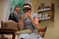 Polizistentochter Helga (Sandra Rohe) hat von Bauer Heiko (Dietmar Peters) eine Abfuhr bekommen und weint sich erstmal aus.