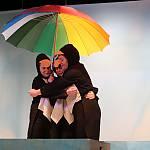 Der Regen für die große Flut hat eingesetzt. Die drei Pinguine gespielt von Nora Jeftenic, Rieke Wübben und Carolina Kramer (v.l.) halten fest zusammen.