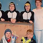 Freuen sich auf die Premiere (obere Reihe, von links nach rechts): Rieke Wübben, Carolina Kramer, Franzi Leigers und Heike Wübben, im Koffer: Emma Brand und Malte Wübben. Es fehlt Nora Jeftenic. Foto: Reinhard Fanslau