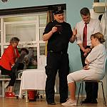 Polizeimeister Kellermeier befragt die Oberschwester